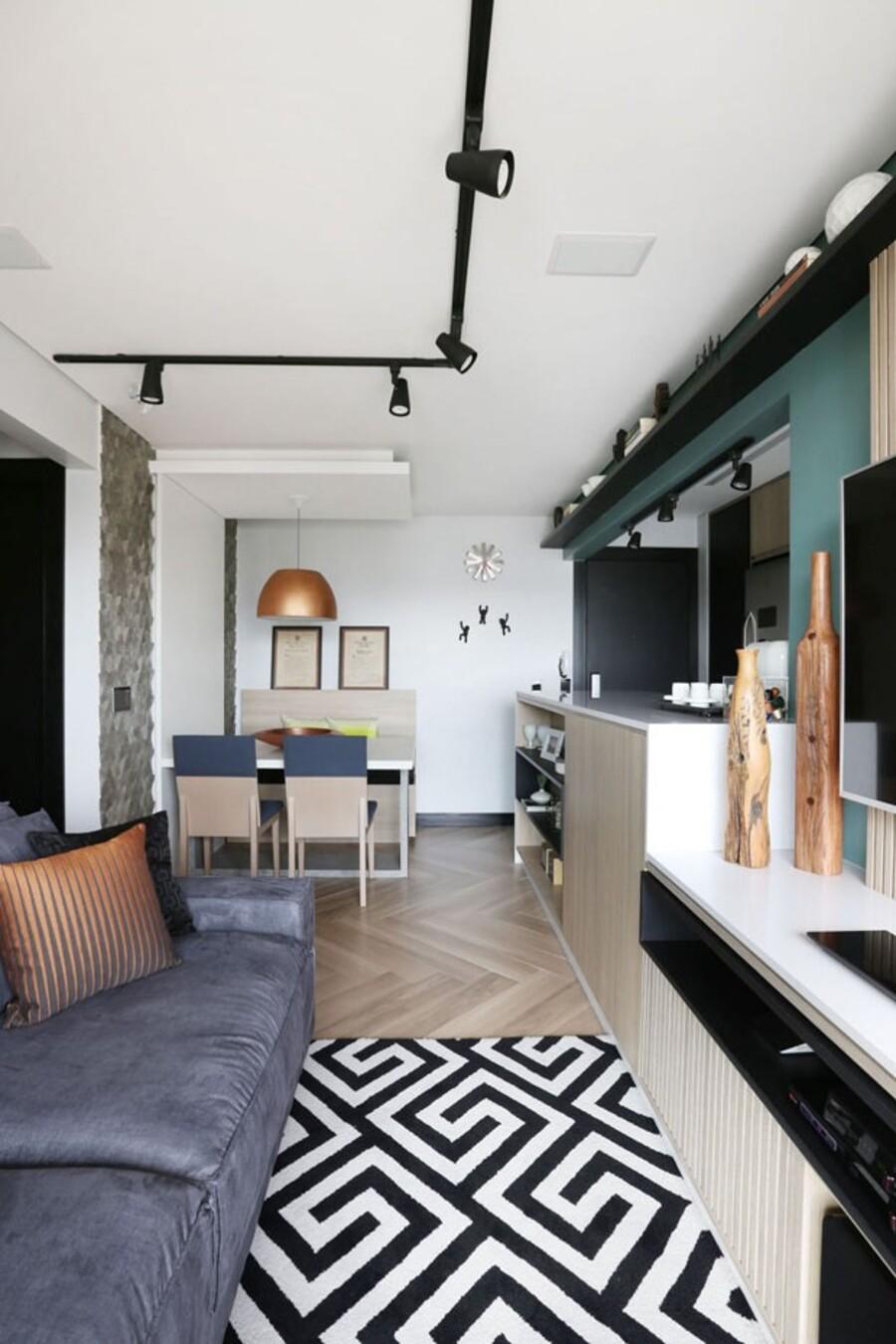 La alfombra y los muebles son buenas maneras para delimitar los espacios en un concepto abierto.