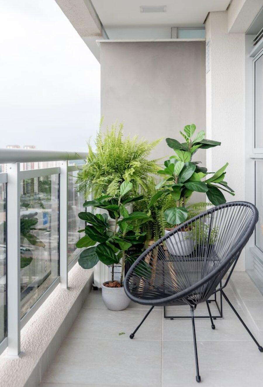 Muchas plantas en el balcón.