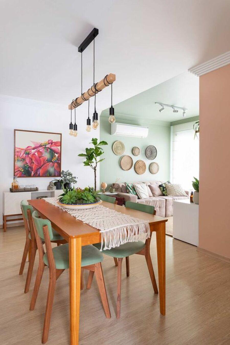 En la fotografía se separa el comedor del living pintando las paredes y el techo de la sala de un color distinto al resto del espacio.