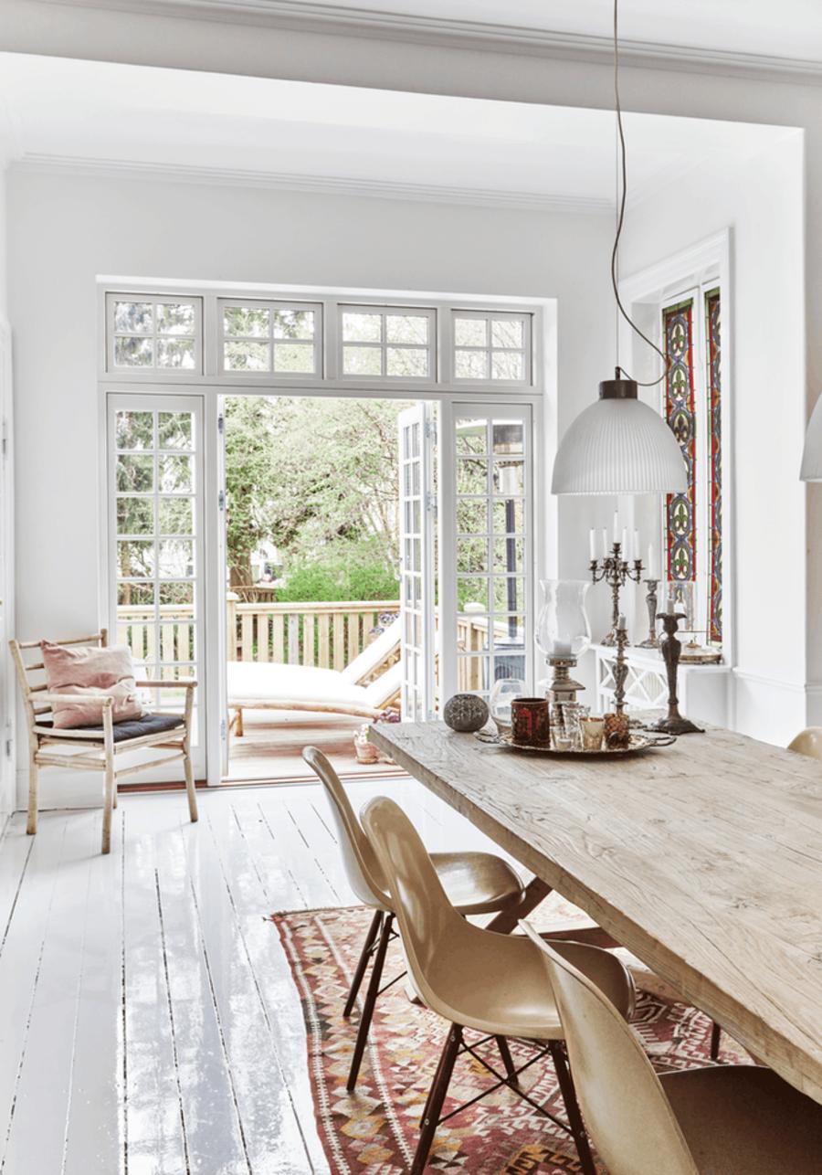 Un ventanal abierto conecta el exterior con el interior, para que disfrutes el aire libre.