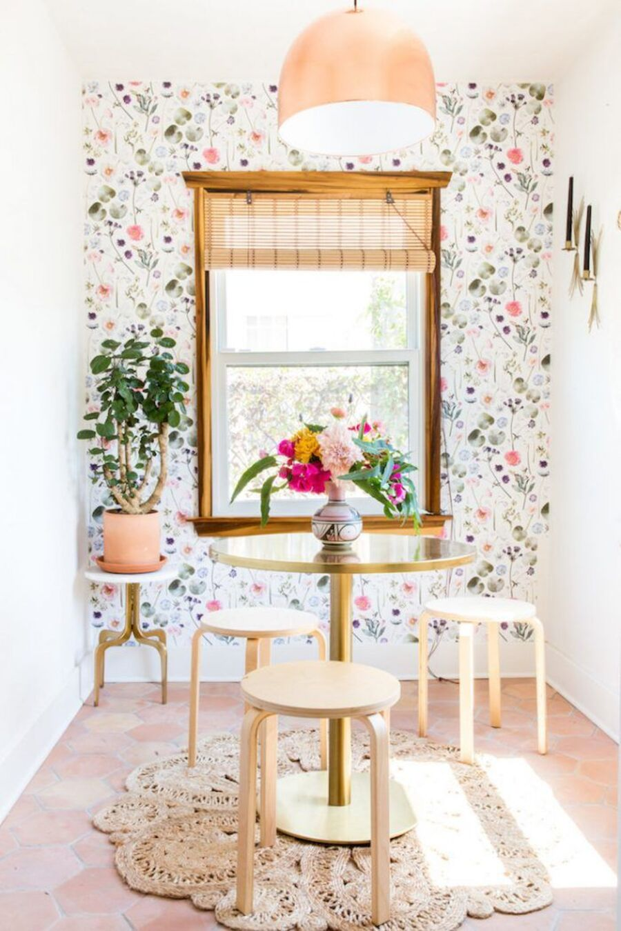 Los patrones florales son un must y ¡van con todo! desde papeles murales hasta textiles.