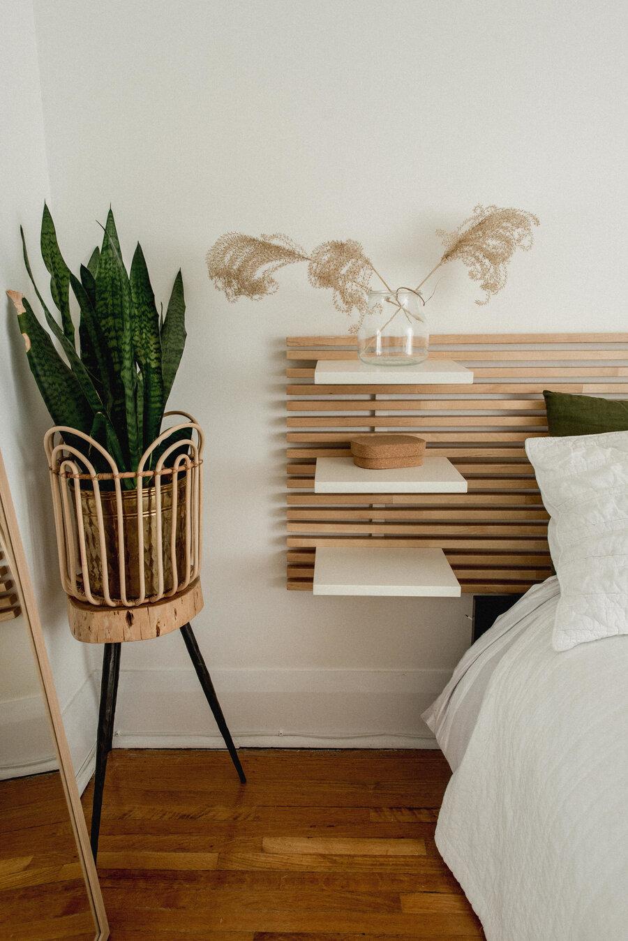 Una cabecera de cama pegada a la pared optimizará el espacio de tu dormitorio.