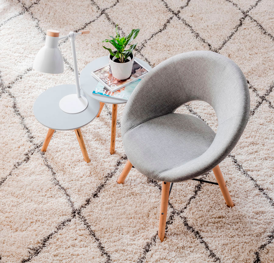 silla, mesa lateral y alfombra - combinación estilo nórdico de decoración