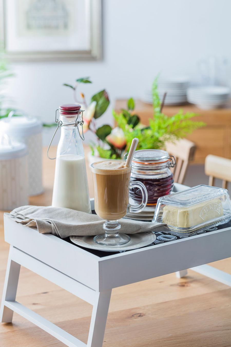 Desayuno en bandeja con patitas