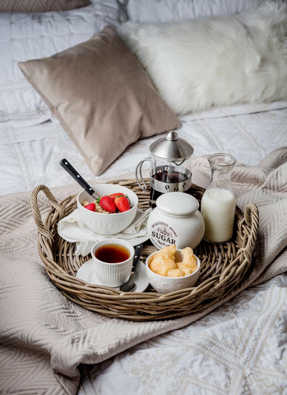 Desayuno con bandeja en la cama